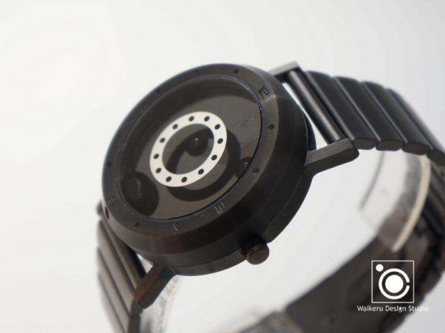 「LM watch(Liquid Metal Watch)」は、世界で初めて「液体金属」を自由に操って時間を表示する時計。「他の人とは違う時計を身につけたい」思いを叶えるべく、究極のオリジナリティを目指して時計を作っているのがWaikeru Design Studio。2
