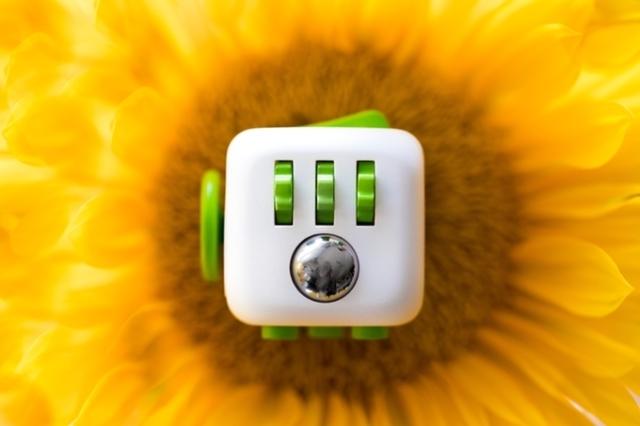 ボタンやボール、その他カチカチやクルクルがついている6面キューブ「Fidget Cube」。手遊び専用のプロダクトです。アイデアが煮詰まったときにどうぞ。クラウドファンディングサイトのKickstarterで大ブレイク中です。4