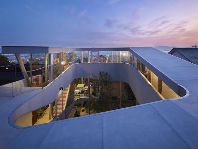 瀬戸内海・宮島の絶景を眺めるための、1枚板でできたドーナツ・ハウスである、岡田公彦建築事務所によるおしゃれでデザイナーズな住宅、戸田邸_5