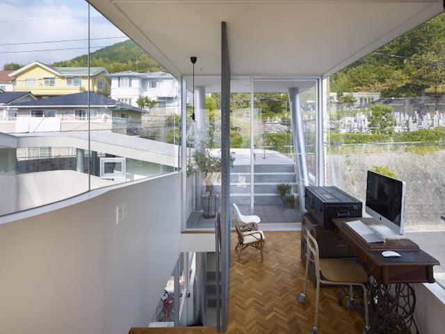 瀬戸内海・宮島の絶景を眺めるための、1枚板でできたドーナツ・ハウスである、岡田公彦建築事務所によるおしゃれでデザイナーズな住宅、戸田邸_11