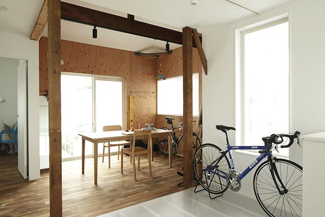 ReBITA(リビタ)のリノベーション済み戸建て物件「みたけ台の家」で暮らす、素敵な家族を紹介します。土間でラフに仕上げた趣味のフリースペースや、無垢材の床にオイルを塗って床のトーンを下げ、アンティーク調な雰囲気にしたおしゃれな家です。12