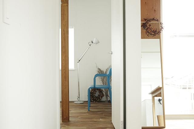 ReBITA(リビタ)のリノベーション済み戸建て物件「みたけ台の家」で暮らす、素敵な家族を紹介します。土間でラフに仕上げた趣味のフリースペースや、無垢材の床にオイルを塗って床のトーンを下げ、アンティーク調な雰囲気にしたおしゃれな家です。9
