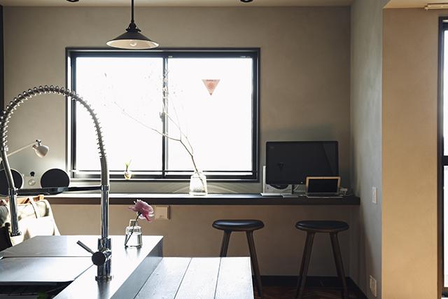 リノベーション事業を手がけるReBITAのお宅拝見シリーズから紹介する「M邸」は、忙しいMさん夫妻が、リラックスできることをとにかく大事にしたリノベ空間。「リノア東日本橋」という、ReBITAが1棟丸ごとリノベーションを手がけてた物件を自由にリノベーションし、希望の家を手にした。5