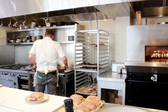 サンフランシスコに来たらぜひ試してほしい「朝ごはんの楽しみ方」を紹介。いつもより少し早起きして、時間を気にせずゆっくりと丁寧に過ごすのがサンフランシスコ流。1番人気のベーカリーの2号店「Tartine Manufactory(タルティーンマニュファクトリー)」でケーキやサンドイッチを食べましょう。3