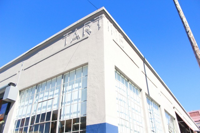 サンフランシスコに来たらぜひ試してほしい「朝ごはんの楽しみ方」を紹介。いつもより少し早起きして、時間を気にせずゆっくりと丁寧に過ごすのがサンフランシスコ流。1番人気のベーカリーの2号店「Tartine Manufactory(タルティーンマニュファクトリー)」でケーキやサンドイッチを食べましょう。1
