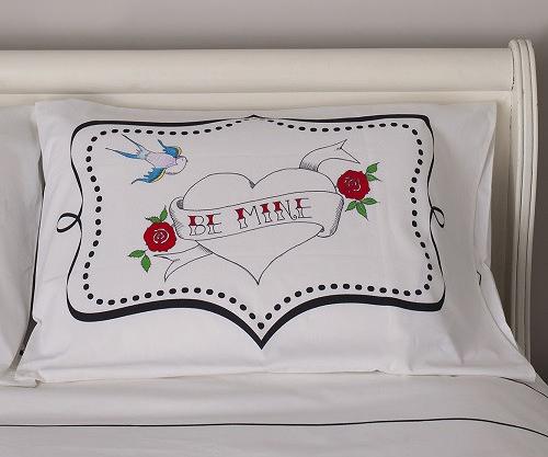 落書きし放題の枕カバーと羽毛布団「the new home bundle」の紹介。週ごとの予定を書き込んだり、仕事で使うアイディアを図にしたりと、クリエイティブな使い方ができます。サプライズや、おもてなしのメッセージを綴るのにもぴったりです。3