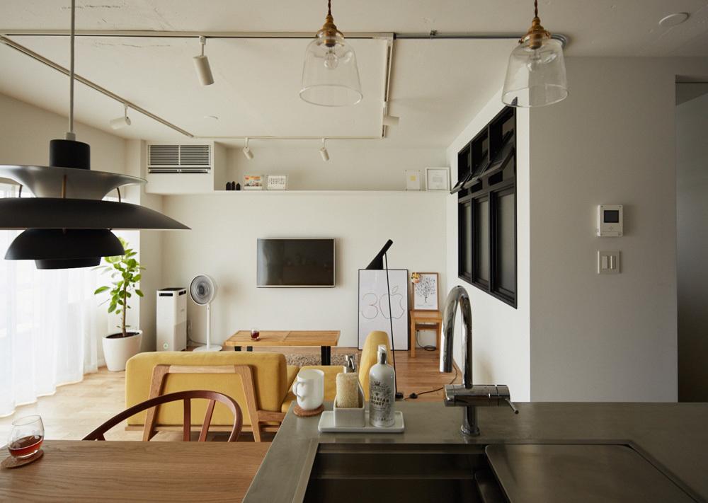マイホームの購入をなかなか決断できない人がいる一方、27歳の小山和之さんと奥様は、35年ローンで都内のリノベ物件に住むことを選択しました。建築事務所で働いていた経験を活かし、細かいディテールまでこだわって完成させた家は、造作キッチンや小上がり、収納、作り付け棚など新婚のふたりにとっての理想の空間。5