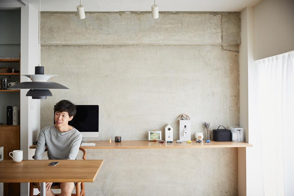 マイホームの購入をなかなか決断できない人がいる一方、27歳の小山和之さんと奥様は、35年ローンで都内のリノベ物件に住むことを選択しました。建築事務所で働いていた経験を活かし、細かいディテールまでこだわって完成させた家は、造作キッチンや小上がり、収納、作り付け棚など新婚のふたりにとっての理想の空間。11