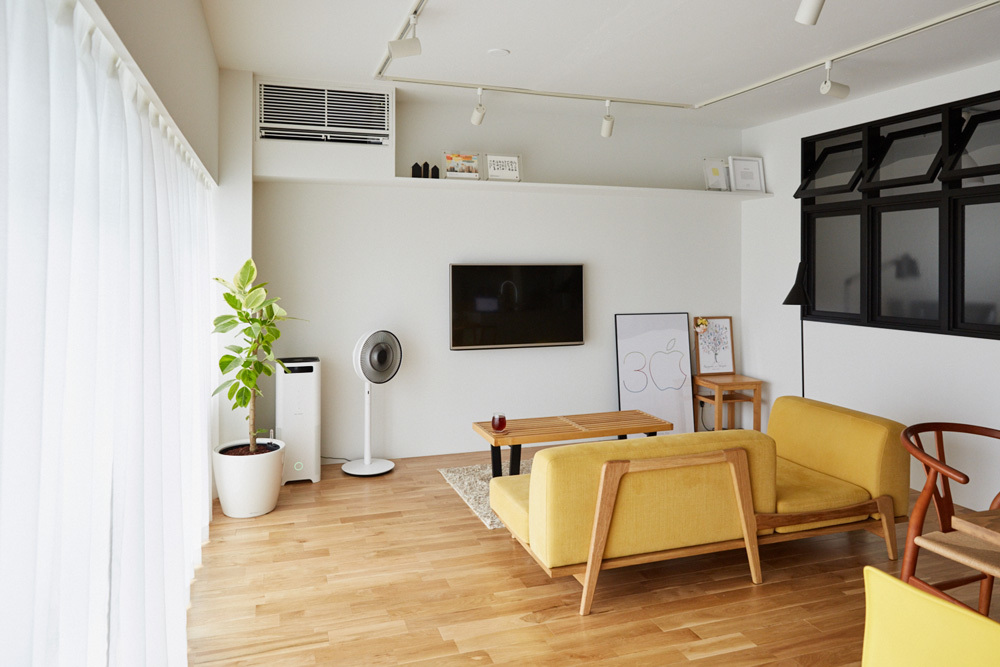 マイホームの購入をなかなか決断できない人がいる一方、27歳の小山和之さんと奥様は、35年ローンで都内のリノベ物件に住むことを選択しました。建築事務所で働いていた経験を活かし、細かいディテールまでこだわって完成させた家は、造作キッチンや小上がり、収納、作り付け棚など新婚のふたりにとっての理想の空間。7