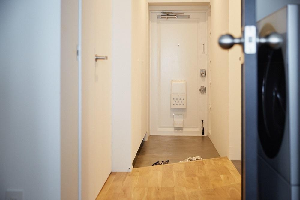 JR錦糸町駅から歩いて10分ほど、築40年を超える中古マンションの一室に小山和之さんの自宅があります。まだ27歳という若さで、結婚を機に分譲マンションを購入し、フルリノベにチャレンジ。パナソニックの洗濯機が収まる棚、イケアのパントリー、ルイスポールセンの照明など、こだわり部屋の収納