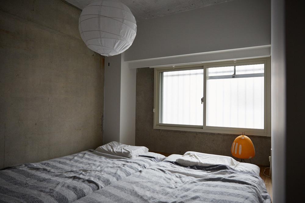 マイホームの購入をなかなか決断できない人がいる一方、27歳の小山和之さんと奥様は、35年ローンで都内のリノベ物件に住むことを選択しました。建築事務所で働いていた経験を活かし、細かいディテールまでこだわって完成させた家は、造作キッチンや小上がり、収納、作り付け棚など新婚のふたりにとっての理想の空間。9
