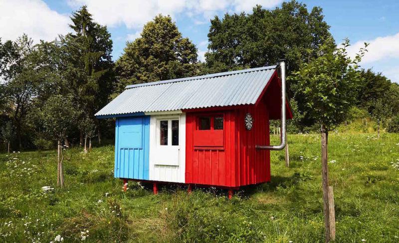 近年話題の「ミニマリズム」。身の回りのモノの数を限りなく抑え、本田王に必要なモノだけを選ぶというライフスタイルですが、それを極めた住宅「Pin-Up Houses」を見つけました。なんと、トイレもないそうです。top