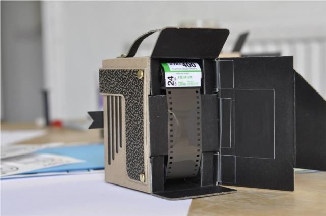 簡単にトイカメラがDIYで作れてしまう工作キット「The Pop-up Pinhole」の「VIREDE」と「VITTY」をご紹介。フィルムは中判フィルムと35mmフィルムが使用できます。