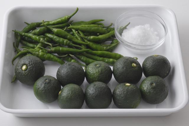 秋が旬の青柚子・青唐辛子・塩だけでカンタンに作れる「柚子こしょう」を作ってみましょう。おいしくて簡単で、冷蔵庫で1年もちます。「旬をいただく」ことは、体を健康に保つために大切なこと。だからこそ食事には、季節に合った食材を取り入れていきたいですね。2