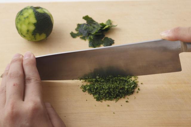 秋が旬の青柚子・青唐辛子・塩だけでカンタンに作れる「柚子こしょう」を作ってみましょう。おいしくて簡単で、冷蔵庫で1年もちます。「旬をいただく」ことは、体を健康に保つために大切なこと。だからこそ食事には、季節に合った食材を取り入れていきたいですね。4