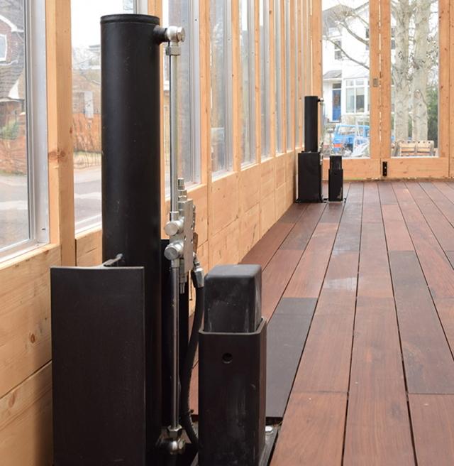 洪水が発生したら、浸水しないようにボタン一つで80センチまで家を持ち上げることができる、Between Art and Technology (BAT) Studioによる大胆発想の家「Greenhouse That Grows Legs(脚が生えるグリーンハウス)」をご紹介。2