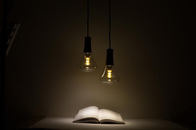 この制作のためにリクルートした宝石職人が、電球の中心に傘を重ねエレガントで工芸的なデザインを追求した、PLUMENの新型電球「PLUMEN 003 LED LIGHT BULB」を紹介。周辺にほんわかした優しい灯りを演出してくれるプロダクトです。ラスの内側が特徴です。