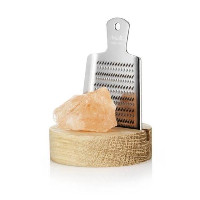 スウェーデン発の「rivsalt」は、岩塩とおろし器で食卓をおしゃれに彩ります。おろし器と岩塩を持ち、削って使うだけ。熱々のお料理に使っても、湿気で固まってしまう心配もなく、いつでもフレッシュな塩の味が楽しめます。ちょっとしたプレゼントにもオススメです。木の質感が良いボードにおろし器をおけます。