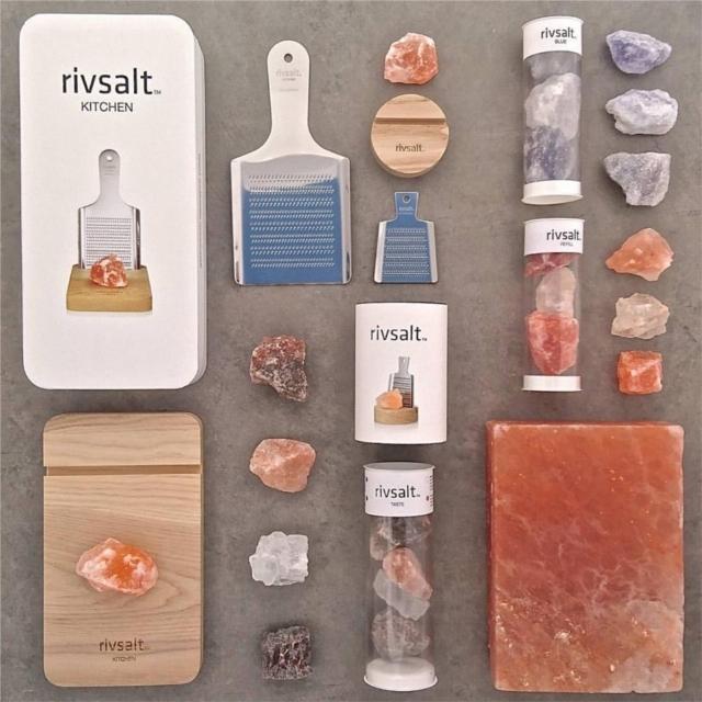 スウェーデン発の「rivsalt」は、岩塩とおろし器で食卓をおしゃれに彩ります。おろし器と岩塩を持ち、削って使うだけ。熱々のお料理に使っても、湿気で固まってしまう心配もなく、いつでもフレッシュな塩の味が楽しめます。ちょっとしたプレゼントにもオススメです。おろし器やボードはサイズが選べます。