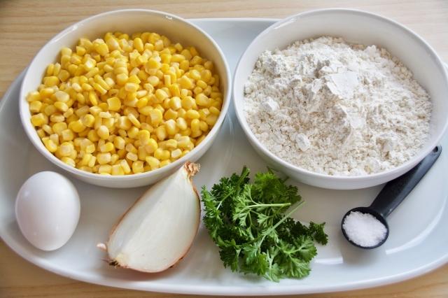 おいしい朝食を食べて、心と体の朝活準備を始めませんか。シンプルな素材で簡単に作れて、朝食にぴったりな「コーンフリッター」のレシピを紹介します。ボウルに卵、コーン、塩、みじん切りにした玉ねぎ、パセリ、小麦粉をかき混ぜて焼くだけの簡単レシピ。1