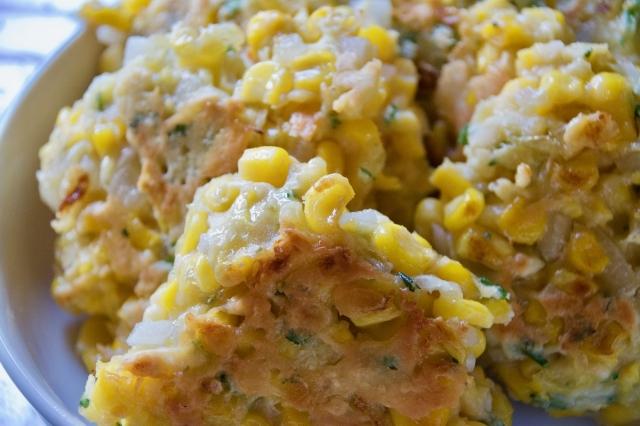 おいしい朝食を食べて、心と体の朝活準備を始めませんか。シンプルな素材で簡単に作れて、朝食にぴったりな「コーンフリッター」のレシピを紹介します。ボウルに卵、コーン、塩、みじん切りにした玉ねぎ、パセリ、小麦粉をかき混ぜて焼くだけの簡単レシピ。5