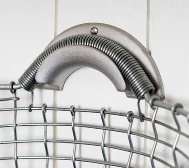 手作りワイヤーバスケットブランドのKORBOによる、バスケット用ハンガー「BASKET HANGER 」の紹介。便利だけど大きくてかさばるバスケットですが、壁にかけることで、スッキリと収納できます。1