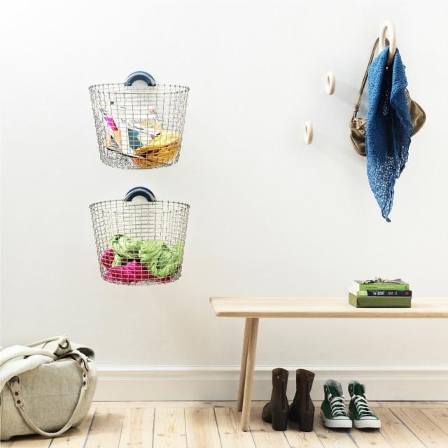 手作りワイヤーバスケットブランドのKORBOによる、バスケット用ハンガー「BASKET HANGER 」の紹介。便利だけど大きくてかさばるバスケットですが、壁にかけることで、スッキリと収納できます。3