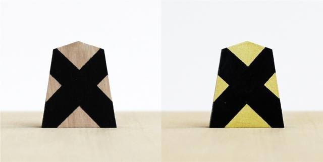 アートディレクターの稲葉大明氏により考案された、初心者用の将棋駒「大明駒」の紹介します。未経験者や海外の方にも、手軽にわかりやすく将棋を体験してもらうという目的でデザイン。駒木地には将棋の町である山形県天童市産の駒を使用し、ひと駒ずつ丁寧に手塗りされています。駒の動きを表す図柄がデザインされています。