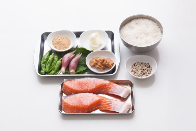 飲み過ぎた翌朝に食べたい「鮭の味噌バタープレート」のレシピ。みょうがや大葉をふんだんに使っているので、食が進みます。ご飯に雑穀を混ぜれば、より健康的です。仕事から帰って何もしたくないときの夕食にもオススメです。1