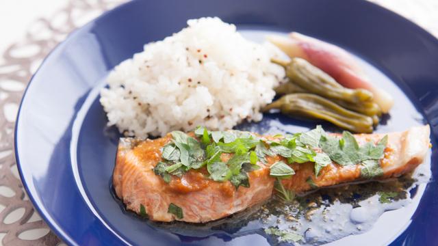 飲み過ぎた翌朝に食べたい「鮭の味噌バタープレート」のレシピ。みょうがや大葉をふんだんに使っているので、食が進みます。ご飯に雑穀を混ぜれば、より健康的です。仕事から帰って何もしたくないときの夕食にもオススメです。top