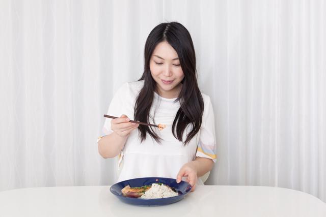 飲み過ぎた翌朝に食べたい「鮭の味噌バタープレート」のレシピ。みょうがや大葉をふんだんに使っているので、食が進みます。ご飯に雑穀を混ぜれば、より健康的です。仕事から帰って何もしたくないときの夕食にもオススメです。3