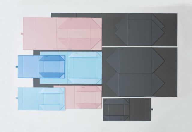 「THE」から発売された、マグネットの力で一瞬で組み上がり、使わない時は1枚板になる便利な収納ボックス「THE STORAGE BOX」をご紹介。サイズは、「A4」「A5」といった紙の定型サイズから設計した5種類展開で、サイズにより2~5種類のカラーがあります。ブラック、ナイトグレー、カーキピンク、フレンチブルー、ベビーブルーの5色です。