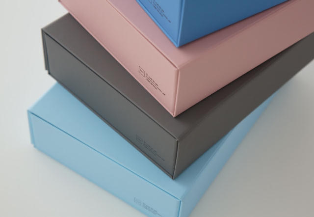 「THE」から発売された、マグネットの力で一瞬で組み上がり、使わない時は1枚板になる便利な収納ボックス「THE STORAGE BOX」をご紹介。サイズは、「A4」「A5」といった紙の定型サイズから設計した5種類展開で、サイズにより2~5種類のカラーがあります。製造はTAISEI株式会社です。