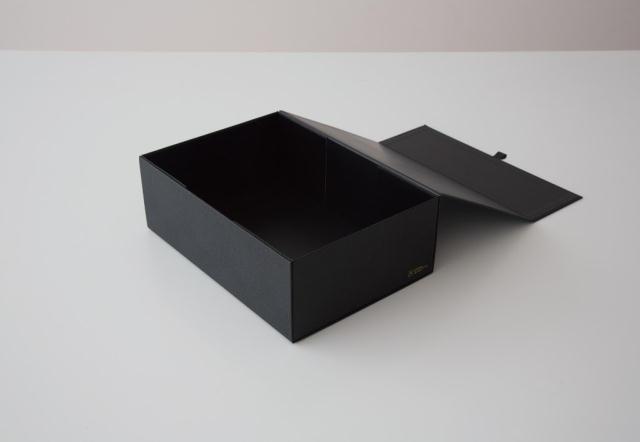 「THE」から発売された、マグネットの力で一瞬で組み上がり、使わない時は1枚板になる便利な収納ボックス「THE STORAGE BOX」をご紹介。サイズは、「A4」「A5」といった紙の定型サイズから設計した5種類展開で、サイズにより2~5種類のカラーがあります。一瞬でフタつきの収納ボックスに組みあがります。