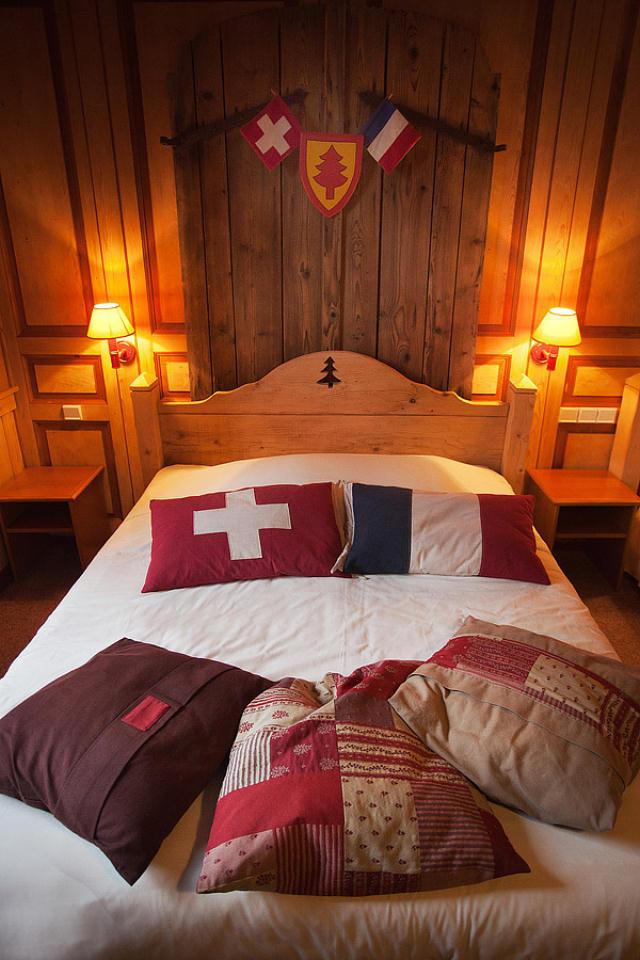 フランスとスイスの国境をまたがっているホテル「The Hotel Arbez」をご紹介します。ホテルの外壁にある「HOTEL」の「T」の縦線が国境線となっており、ある部屋ではベッドの半分がスイス、もう半分がフランス。レストランでは、フランスとスイスの料理を両方食べられます。レストランのテーブルで向かい合うと、フランスとスイスに分かれて食事をすることに。