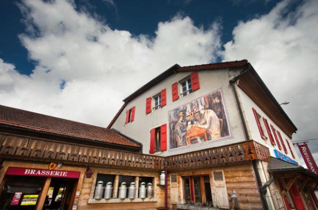 フランスとスイスの国境をまたがっているホテル「The Hotel Arbez」をご紹介します。ホテルの外壁にある「HOTEL」の「T」の縦線が国境線となっており、ある部屋ではベッドの半分がスイス、もう半分がフランス。レストランでは、フランスとスイスの料理を両方食べられます。寝返りを打つと簡単に国境を超えることができます。