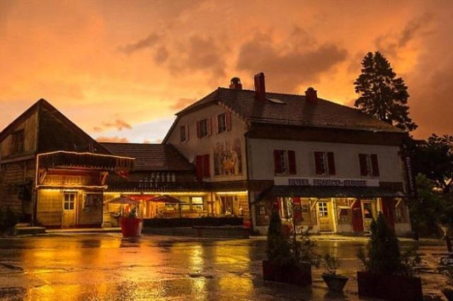 フランスとスイスの国境をまたがっているホテル「The Hotel Arbez」をご紹介します。ホテルの外壁にある「HOTEL」の「T」の縦線が国境線となっており、ある部屋ではベッドの半分がスイス、もう半分がフランス。レストランでは、フランスとスイスの料理を両方食べられます。もともとは第二次世界大戦中は避難所にでした。