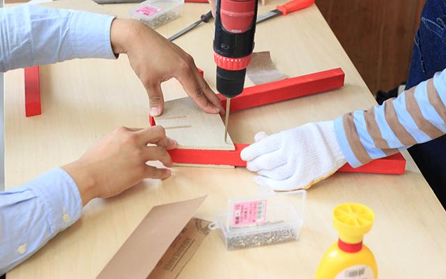 岐阜の設計事務所TABが東京・赤坂でDIYワークショップを開催します。脚の色を選べる、植物などを置く台としても活用できるミニスツール「mini stool」とスキーヤーのように前傾姿勢になっているので、サイドテーブルとして便利な「Sofa Table」を作ります。木材はあらかじめデジタルファブリケーション機器でカットされています。