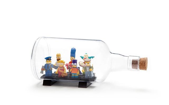 ユーモアあふれる雑貨をデザインするPELEG DESIGNがデザインした、底が抜けて好きなものを入れて飾れるペットボトル「Impossible Bottle」を紹介します。部屋に合わず置き場所に困っているもらいものや植物など、このボトルに入れたらなんだか特別感が出ます。シンプソンズもおしゃれに見えます。