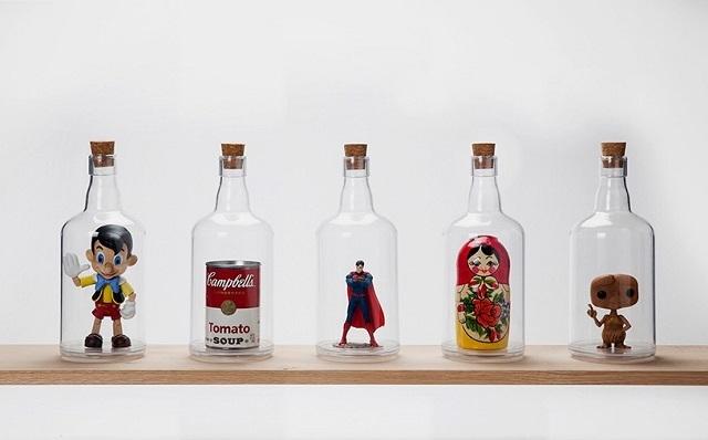 ユーモアあふれる雑貨をデザインするPELEG DESIGNがデザインした、底が抜けて好きなものを入れて飾れるペットボトル「Impossible Bottle」を紹介します。部屋に合わず置き場所に困っているもらいものや植物など、このボトルに入れたらなんだか特別感が出ます。何を入れてもどこか特別感が出てきますね。