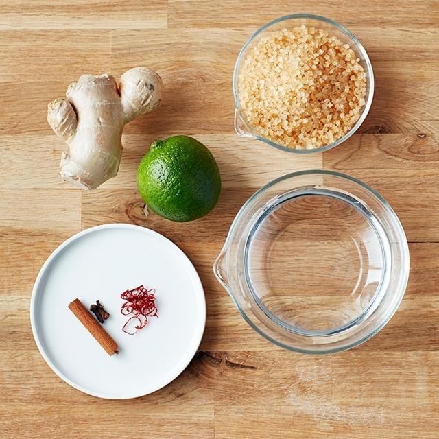 フードコーディネーターの村井りんごさんが教える自家製ジンジャーエールのレシピを、三越伊勢丹ホールディングスが運営する食メディア「FOODIE」よりご紹介。たっぷり生姜とライムの皮を使い、甘いものが苦手な方にもおすすめな「自家製ジンジャーエール」を作ります。シナモンやクローブも使います。