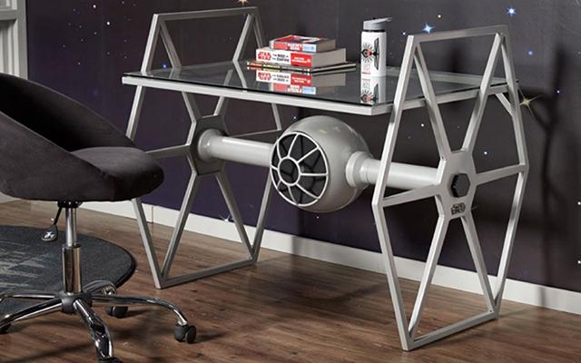 映画「スター・ウォーズ」に出てくる戦闘機TIEファイターのデスク「Star Wars Tie Fighter Gray Desk」を紹介します。映画さながらのデザインなので、存在感は満載です。「スター・ウォーズ」好きな子ども用の机としてもよさそうです。