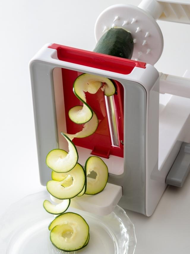 レシピ本で人気の料理研究家・岩﨑啓子先生に教わる「ベジヌードルカッター」ならではの特長を生かした料理のヘルシーレシピです。FOODIEの記事から紹介します。OXO(オクソー)の「テーブルトップベジヌードルカッター」でズッキーニのカルボナーラやじゃが芋のエビ巻き揚げを作ります。4