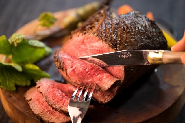 三越伊勢丹ホールディングスが運営する食メディア「FOODIE」では「気持ち良く料理をしたい」という想いを実感できる、〈フォルジュ・ド・ライヨール〉のテーブルナイフを紹介しています。手前に引くだけで、スーッと素材の繊維を切り開いてくれるナイフです。