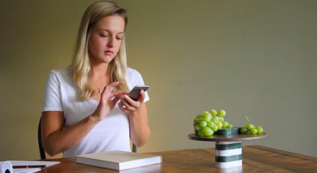デザイナーのBilge Nur Saltikが制作した、オブジェのようなスピーカー「Loud Objects」を紹介します。キャンドルスタンドや花瓶としても使える、どんな部屋でも馴染むデザインが特徴です。プレートと一体となったスピーカーも。