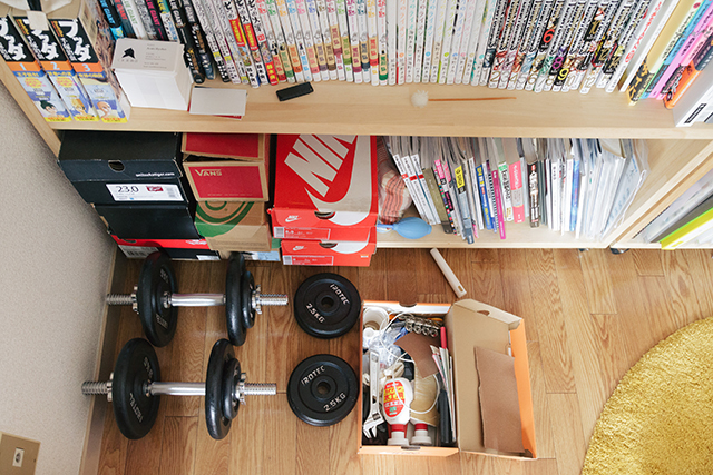 「いつか、使えるかも!」と山積みになっている箱や、すぐたまっしまう靴箱など、すっきり配置するためのテクニックをroomieの部屋取材の中からご紹介。ワイン箱や靴箱、リンゴ箱など、あらゆる箱を有効に配置しています。靴箱を工具入れに使用しています。
