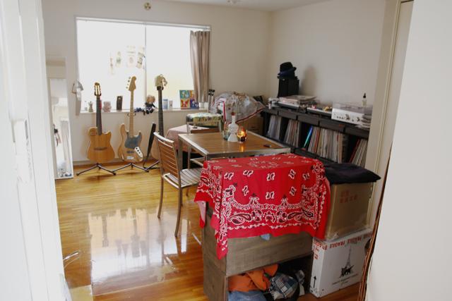 「いつか、使えるかも!」と山積みになっている箱や、すぐたまっしまう靴箱など、すっきり配置するためのテクニックをroomieの部屋取材の中からご紹介。部屋と部屋の間にさりげなくリンゴの木箱を置き、パーテーション代わりに使っています。