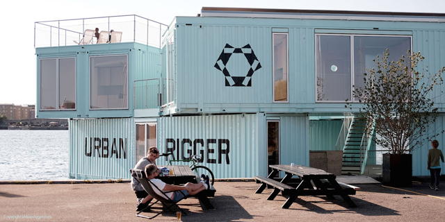 学生の住居問題を解決するために生まれたコンテナ製ドミトリー「Urban Rigger」は、住居費の高い北欧・コペンハーゲンで始まったプロジェクト。水上にドミトリーを作ることで、家賃や場所の問題の解決を目指すおしゃなアパート。10