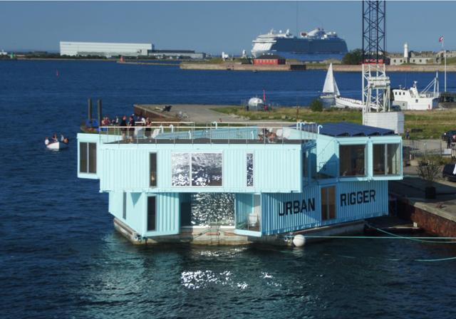 学生の住居問題を解決するために生まれたコンテナ製ドミトリー「Urban Rigger」は、住居費の高い北欧・コペンハーゲンで始まったプロジェクト。水上にドミトリーを作ることで、家賃や場所の問題の解決を目指すおしゃなアパート。3