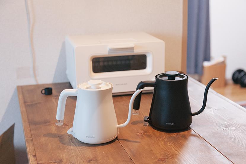 BALMUDA(バルミューダ)の新商品「BALMUDA The Pot(バルミューダ ザ・ポット)」を紹介。「みんなの部屋」に登場してもらったバルミューダ社員・木村香織さんのご好意で、新商品の使い心地を試してきました。バルミューダの開発チームによる、コーヒーのために細部まで注力した強いこだわりが感じられます。